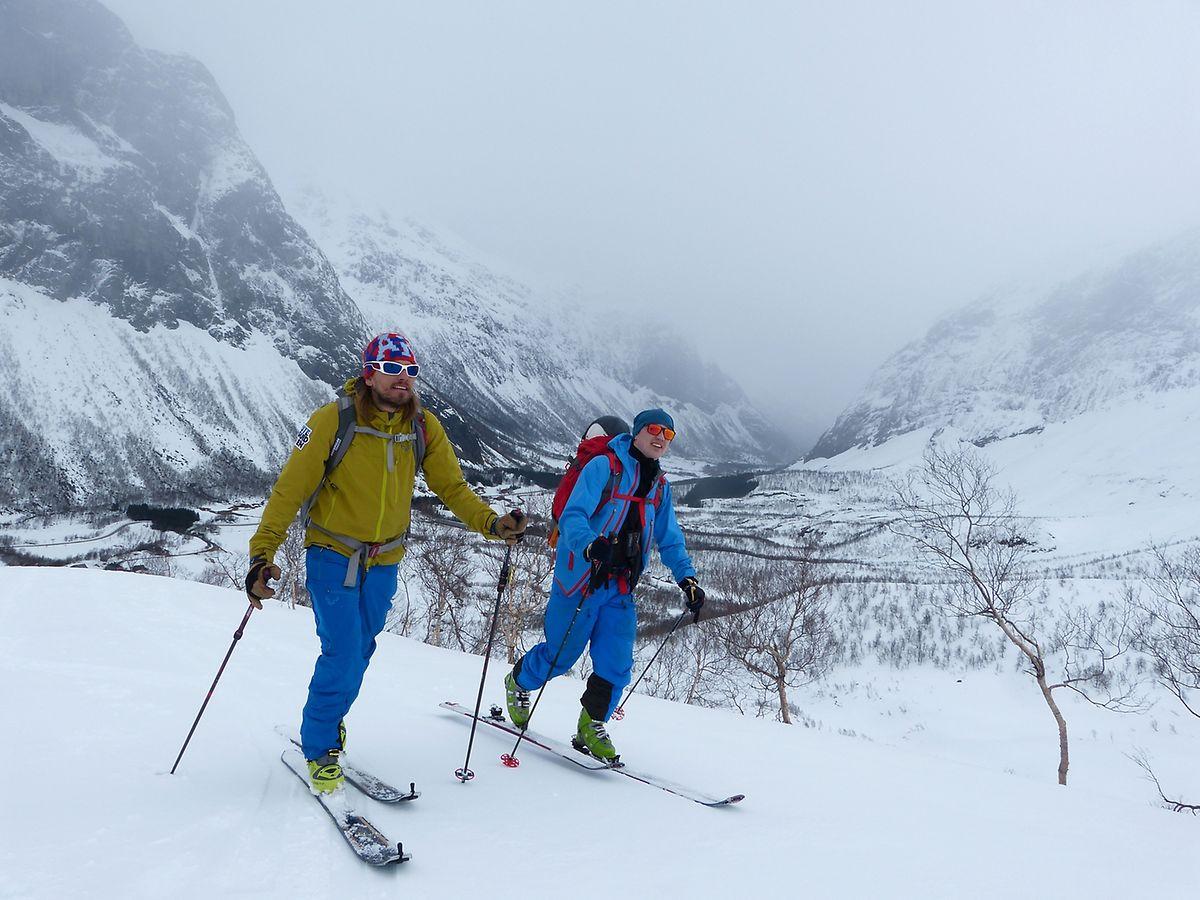 Oscar Almgren (l) und sein Kumpel Tom Anker Skrede sind unterwegs auf der Blaeja-Route - dort treffen sie unter der Woche kaum andere Skitourengeher.