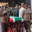 Mitglieder der südafrikanischen Armee tragen den Sarg.