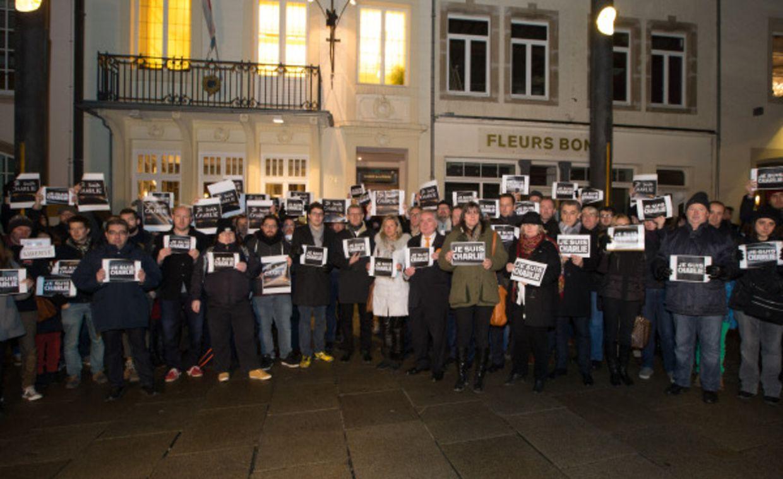 """Etwa 100 Journalisten und Sympathisanten demonstrierten vor der Luxemburger """"Maison de la Presse"""" für Meinungsfreiheit."""