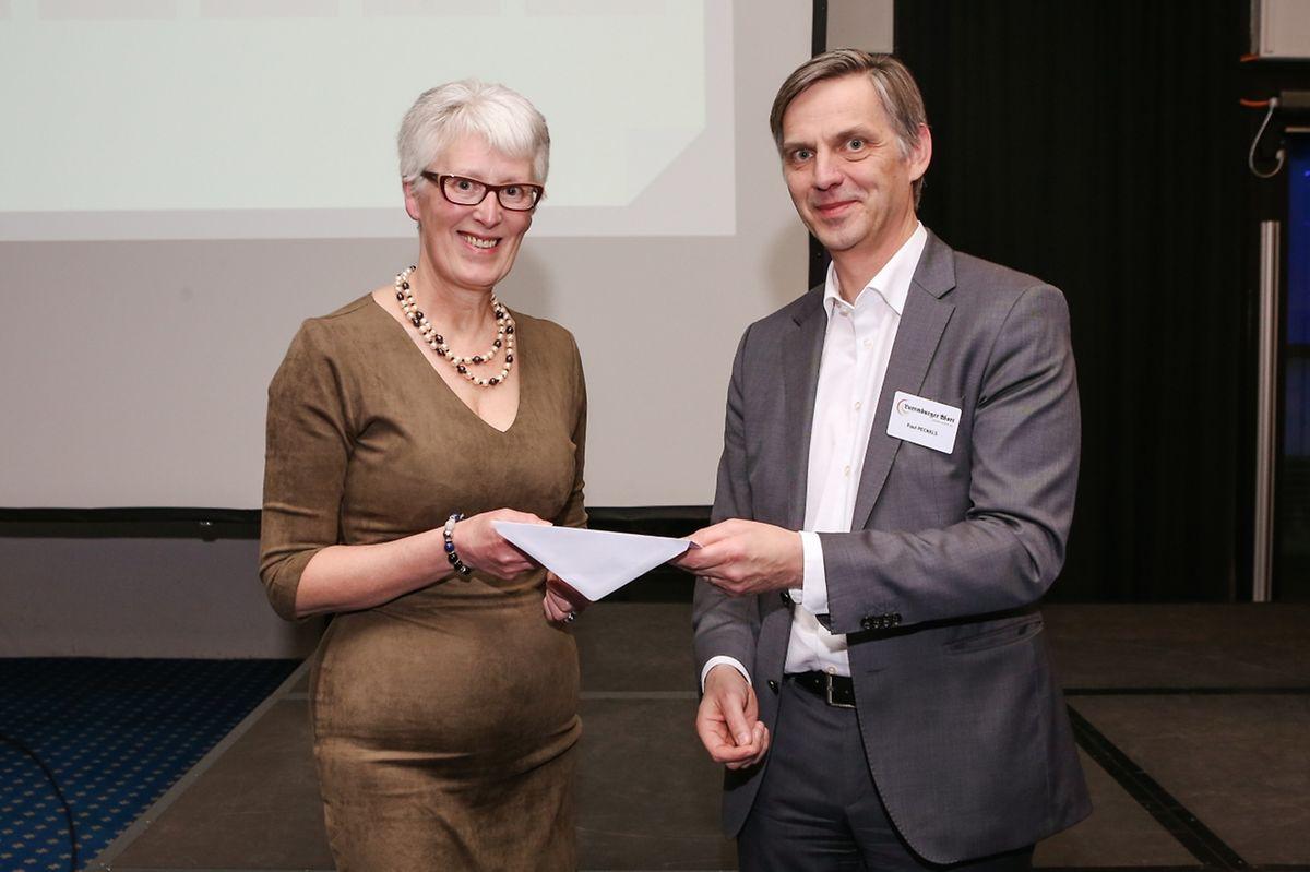 Unter allen Teilnehmern an dem Projekt wurde ein Reise-Gutschein im Wert von 1000 Euro verlost. Saint-Paul-Generaldirektor Paul Peckels überreichte der Gewinnerin Astrid Müller den Preis.
