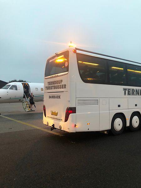 Die Spieler fahren nach der Landung direkt mit dem Bus ins Hotel.