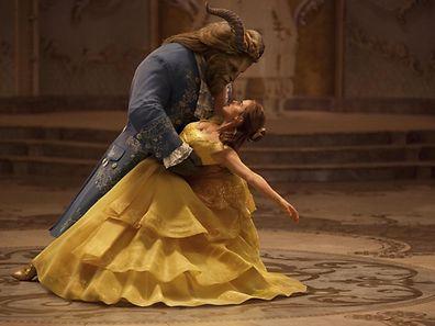 Emma Watson als Belle liegt dem Biest zu Füßen.