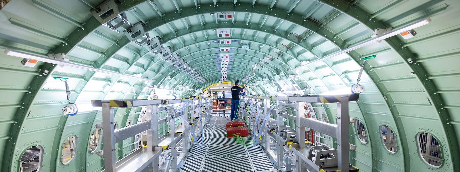 Ein Airbus-Techniker arbeitet in einem Rumpfsegment in der neuen Strukturmontage der Airbus A320 Familie in Hangar 245 im Airbus Werk in Finkenwerder.