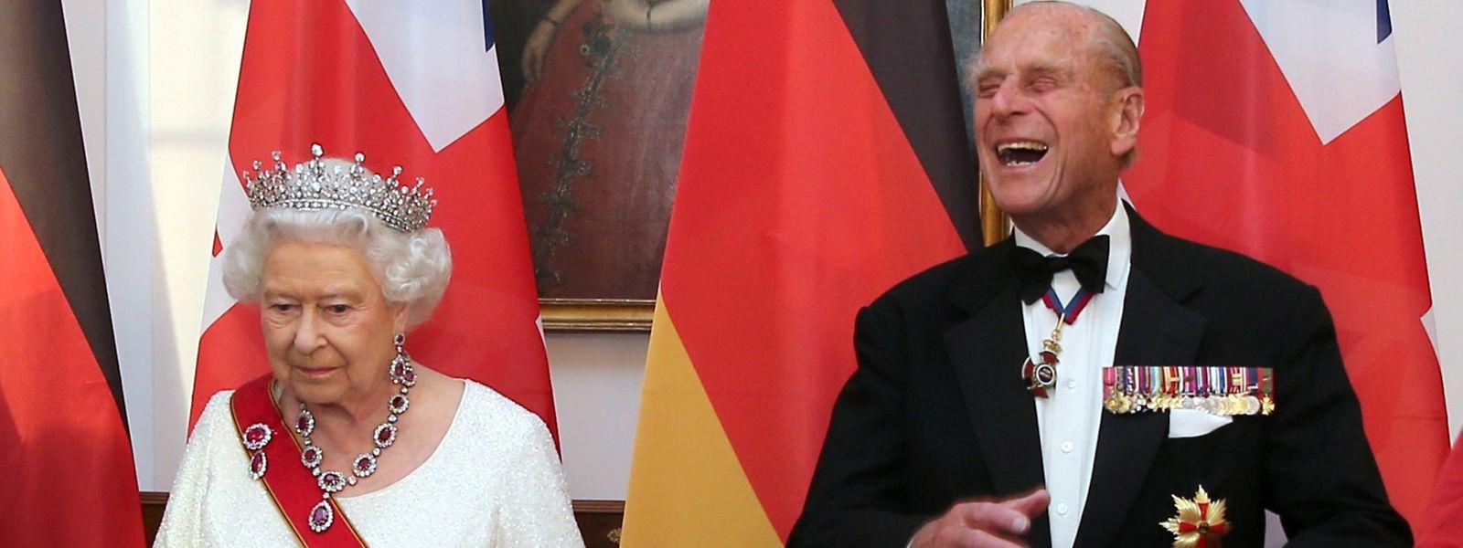"""Humor ist, wenn man trotzdem lacht: Prinz Philip bescheinigte seiner Ehefrau zur Goldenen Hochzeit """"Toleranz im Überfluss""""."""