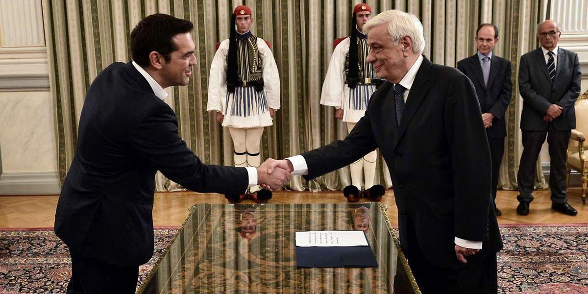 Griechenlands Präsident Prokopis Pavlopoulos gratuliert Ministerpräsident Alexis Tsipras bei der Vereidigung.