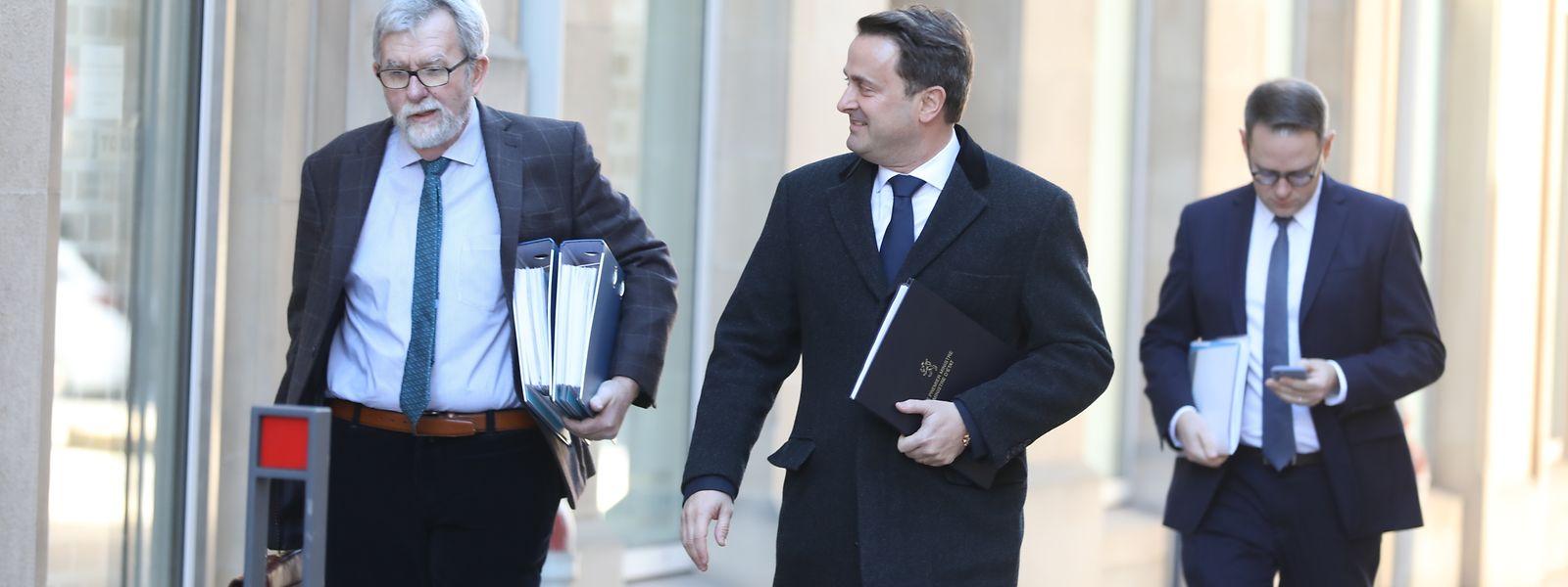 Premier Xavier Bettel mit Jeannot Waringo auf dem Weg zur Parlamentssitzung.
