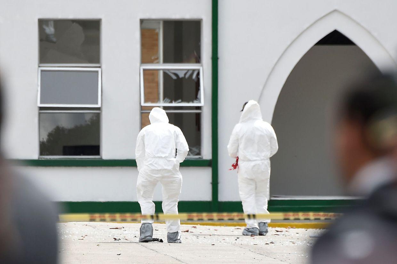 Der Täter rast mit seinem Auto auf das Gelände der Akademie, dann explodiert der Wagen.