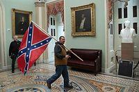 Ein Trump-Anhänger marschiert mit einer Konföderierten-Flagge durch die Rotunda des Kapitols.