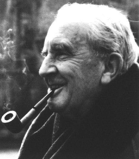 Als John Ronald Reuel Tolkien 1973 starb, hinterließ er seinem Sohn Berge an unveröffentlichtem Material. In mühseliger Arbeit verarbeitete Christopher Tolkien die zahlreichen Skizzen und Notizen seines Vaters.
