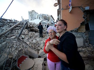 Residents reacts among the rubble after a strong heartquake hit Amatrice on August 24, 2016 Central Italy was struck by a powerful, 6.2-magnitude earthquake in the early hours, which has killed at least three people and devastated dozens of mountain villages. Numerous buildings had collapsed in communities close to the epicenter of the quake near the town of Norcia in the region of Umbria, witnesses told Italian media, with an increase in the death toll highly likely. / AFP PHOTO / FILIPPO MONTEFORTE
