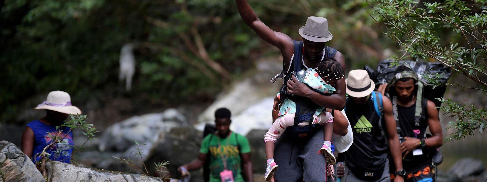 Haitianische Migranten kämpfen sich durch den Dschungel von Darién.
