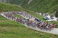 Das Feld am Gotthardpass - Tour de Suisse - 3. Etappe Quinto/Olivone - Foto: Serge Waldbillig