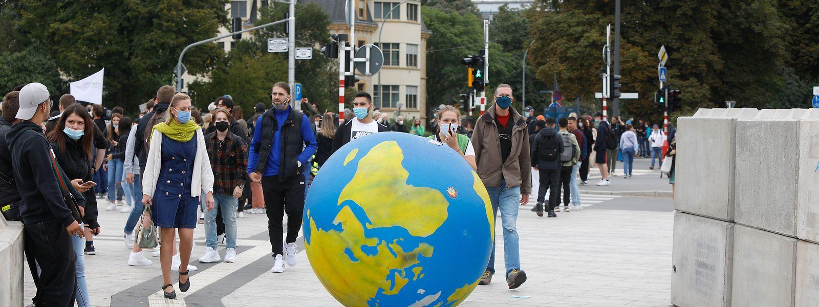 Ein großer Globus führte den Schülermarsch an.