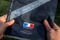 Une personne prÈsentente l'enveloppe contenant la dÈclaration d'impÙts envoyÈe aux contribuables par le ministËre de l'Economie et des Finances, le 10 avril 2014 ‡ Lille, reÁue ce jour par courrier.   AFP PHOTO PHILIPPE HUGUEN (Photo by Philippe HUGUEN / AFP)