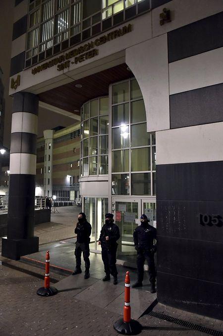 Das Krankenhaus Saint-Pierre wird nach der Einlieferung des beim Einsatz der belgischen Spezialeinheiten verletzten Abdeslam bewacht.