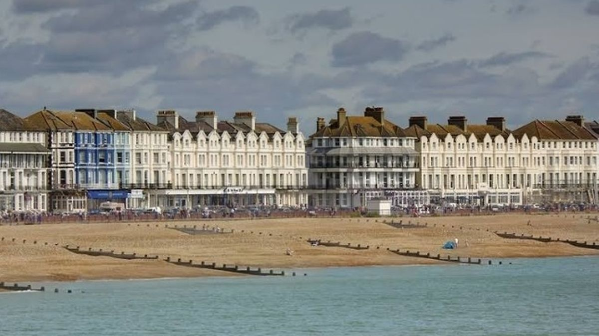 A cidade de Eastbourne onde reside e foi atacado o madeirense.