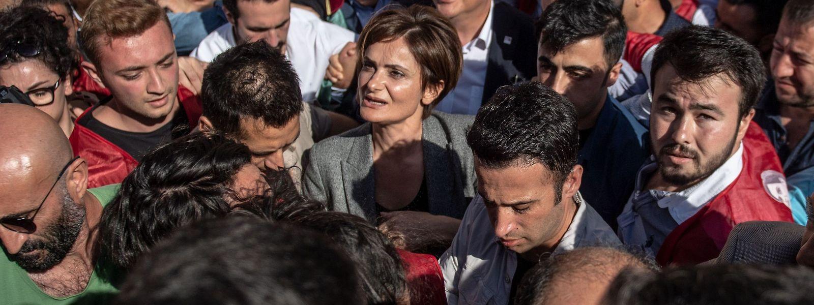 Canan Kaftancioglu inmitten von Unterstützern.