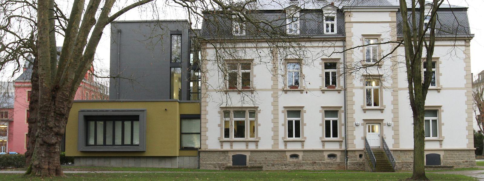 Auch die Rückseite des Diekircher Stadthauses, die an einen großen Park anschließt, lässt sich sehen.