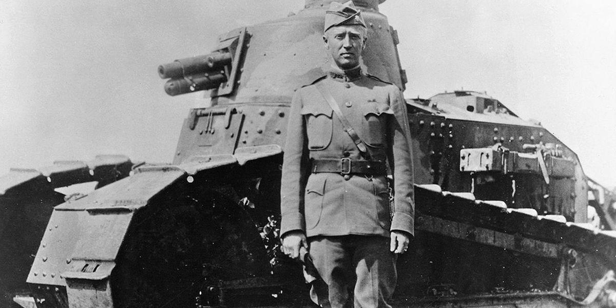 Patton im Ersten Weltkrieg vor einem Renault Panzer.