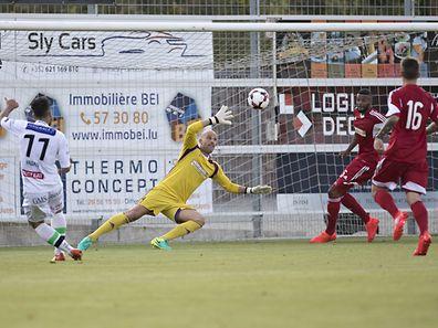 Ben Jagan (Louvain l.) gegen Jonathan Joubert (Luxemburg r.) zum ersten Tor / Fussball, Testspiel, Luxemburg-Louvain / 17.08.2016 / Oberkorn / Foto: Christian Kemp
