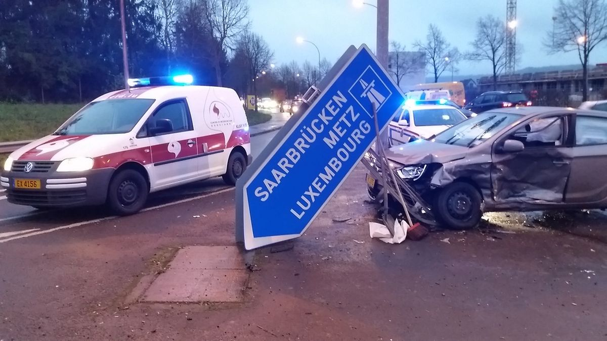 Bei dem Unfall zwischen Düdelingen und Bettemburg prallte ein Auto nicht nur gegen einen weiteren PKW, sondern stieß auch gegen ein Schild.