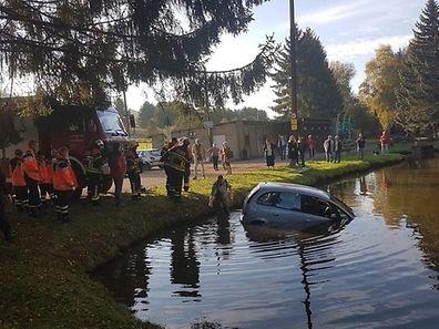 Les deux hommes ont fini à l'eau mais heureusement personne n'a été blessé.