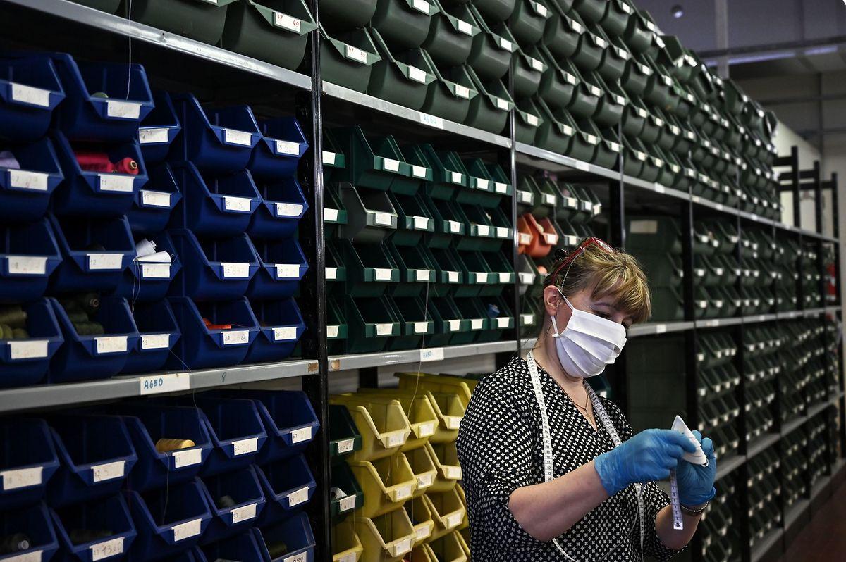 Im nordwestitalienischchen Alba hat eine Textilfabrik kurzfristig auf die Produktion von Schutzmasken aus Baumwolle umgestellt.