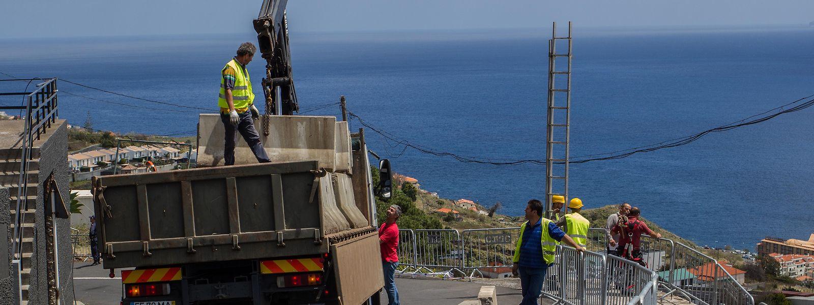 An der Unglücksstelle wurden Beton-Sperren auf die Straße gestellt.
