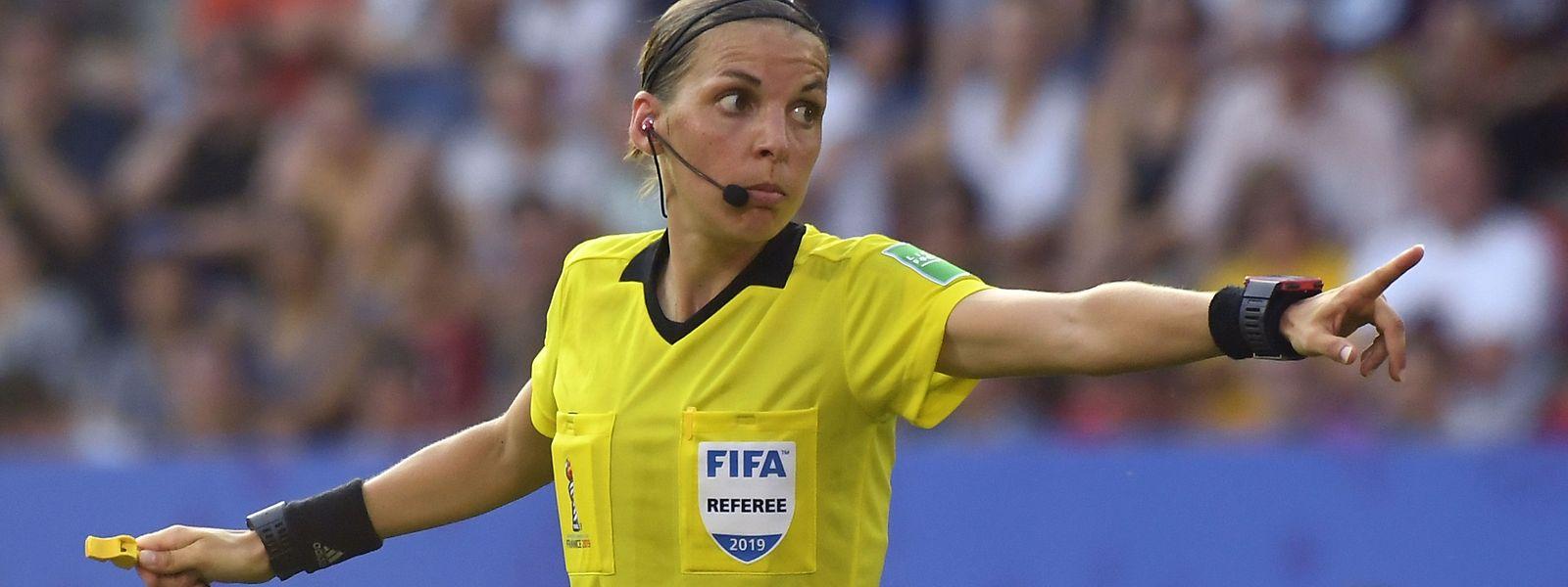 A árbitra francesa Stephanie Frappart vai ficar na história como a primeira mulher a apitar uma final europeia masculina.