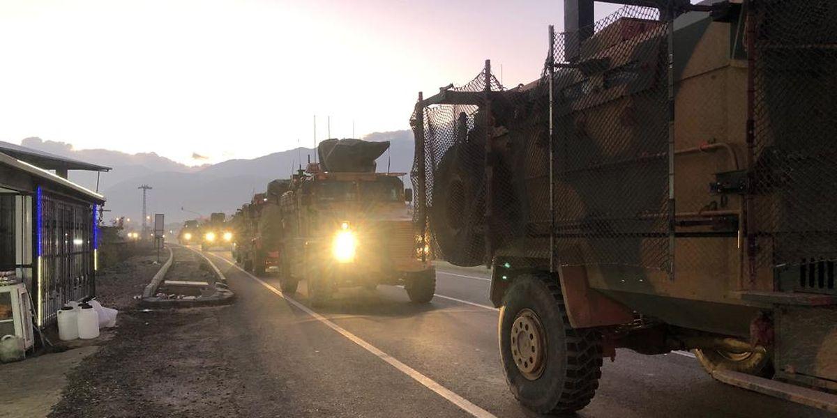 Ein türkischer Militärkonvoi an der Grenze zu Syrien.