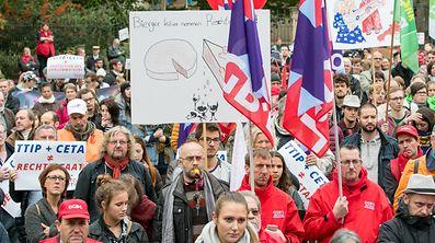 """""""Wenn die Regierung CETA zustimmt, handelt sie gegen die Interessen der Bürger und des Landes"""", warnte die Plattform """"Stop TTIP"""" auf der Kundgebung am Samstag."""