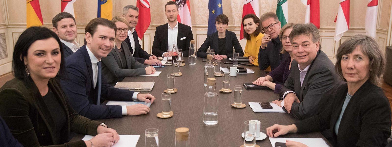 ÖVP-Chef Sebastian Kurz (2.v.l.) und Grünen-Chef Werner Kogler (2.v.r.) bei den Koalitionsgesprächen in Wien.