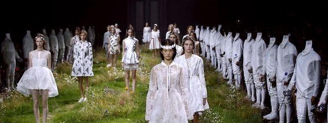 Elfentreffen im Grünen: Bei der Präsentation der Kollektion von Moncler Gamme Rouge liefen die Models über Blumenwiesen.