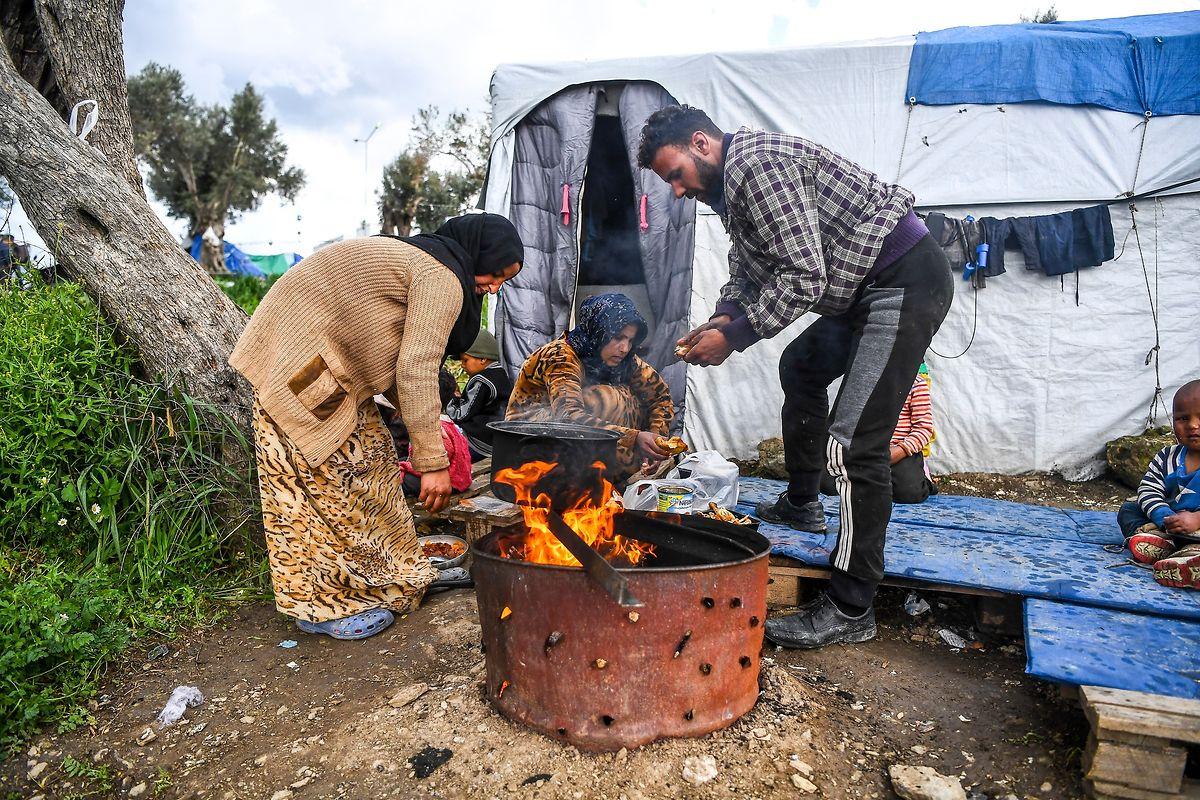 Trotz 1,6 Milliarden Euro Hilfsgelder von der EU müssen viele Flüchtlingsfamilien in selbstgezimmerten Verschlägen, ungeschützt vor Kälte und Regen leben.