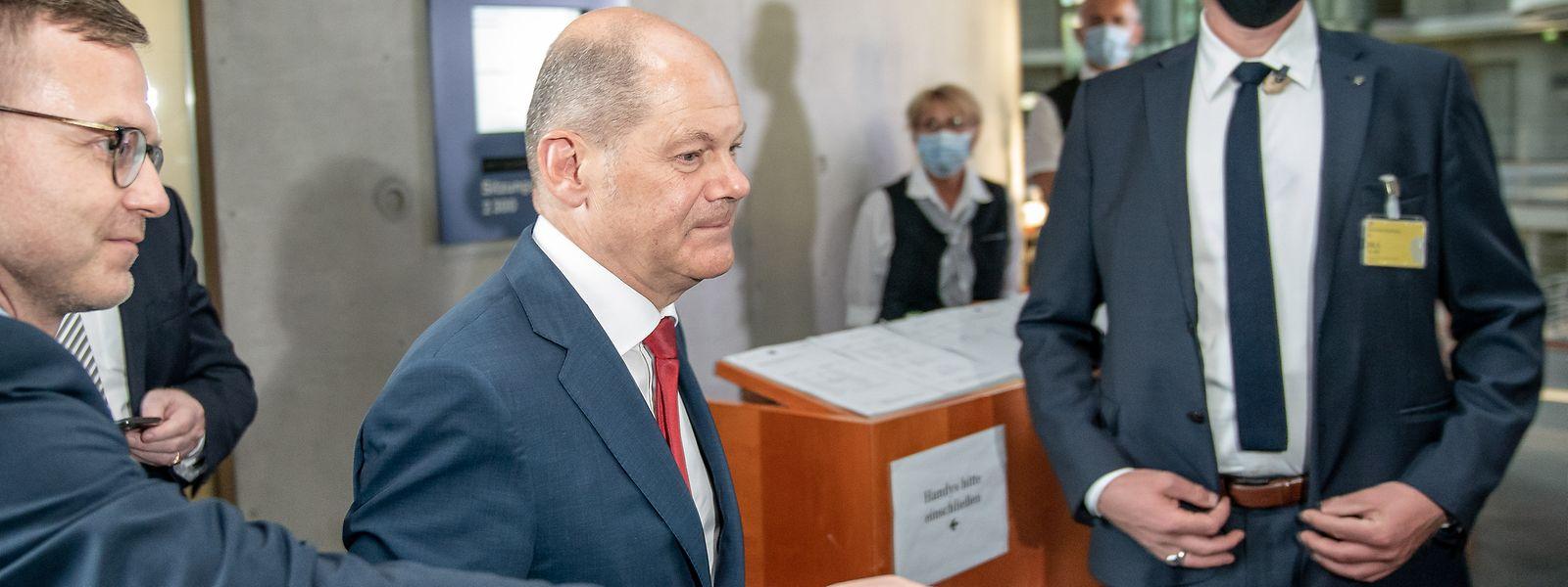 Olaf Scholz (SPD), deutscher Bundesminister der Finanzen, kommt aus einer Sitzung des Bundestags-Finanzausschusses zum Wirecard-Skandal.
