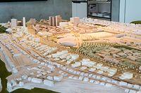 """Das Projekt """"Kennedy Sud"""" soll auf einem rund 1,5 Kilometer langen und 110 Meter breiten Landstreifen zwischen dem Boulevard Kennedy und Weimershof entstehen: auf dem Architekturmodell sind die geplanten treppenförmigen Gebäude gut erkennbar."""