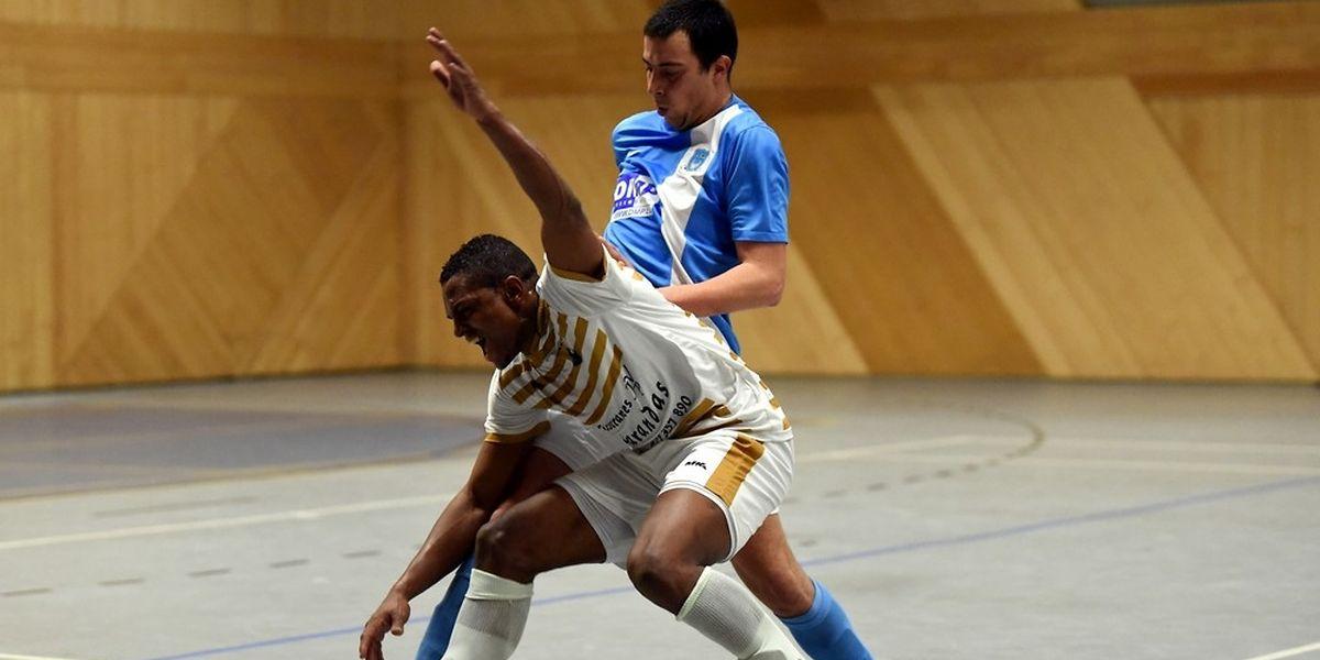 Carlos Lopes (Futsal All Stars Colmar-Berg) pressé par Steve Ackels (Futsal Nordstad)