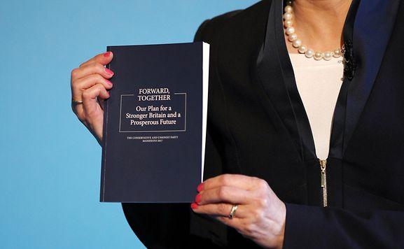 Theresa May stellt in Halifax das neue Manifest ihrer Partei vor.