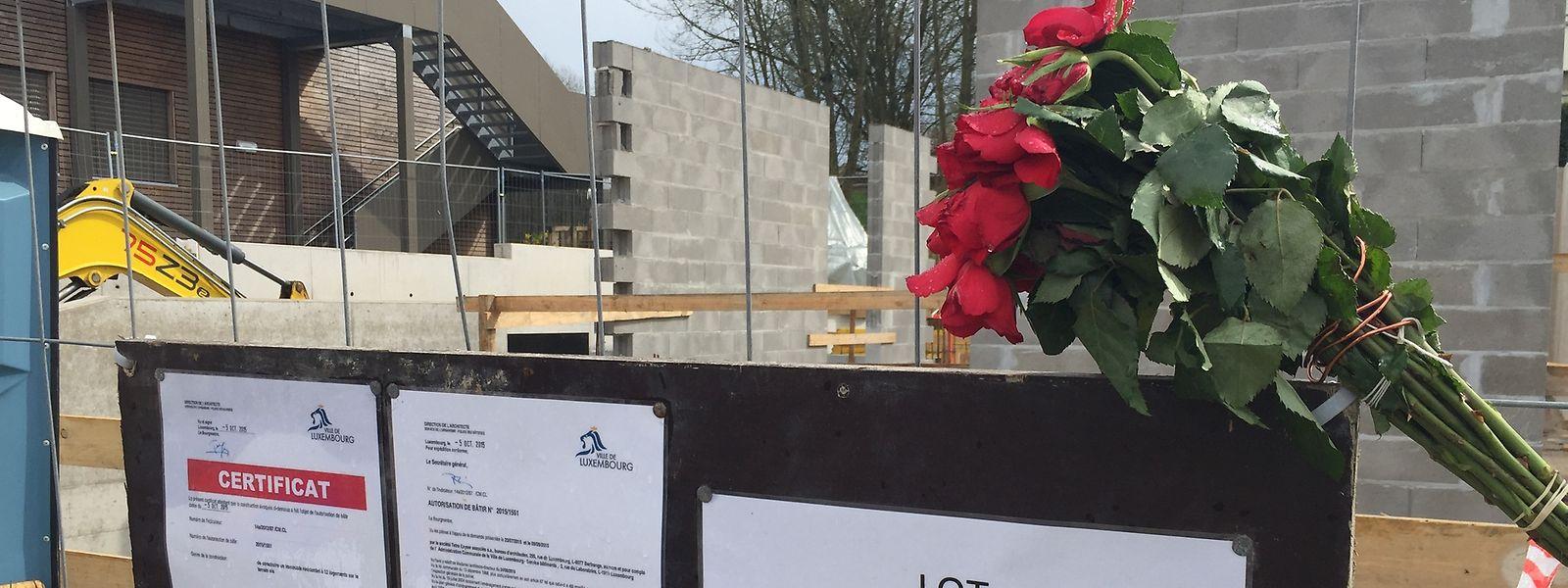 Um ramo de flores marca o local onde esta segunda-feira morreu um português de 39 anos, num estaleiro de construção em Limpertsberg, na capital luxemburguesa