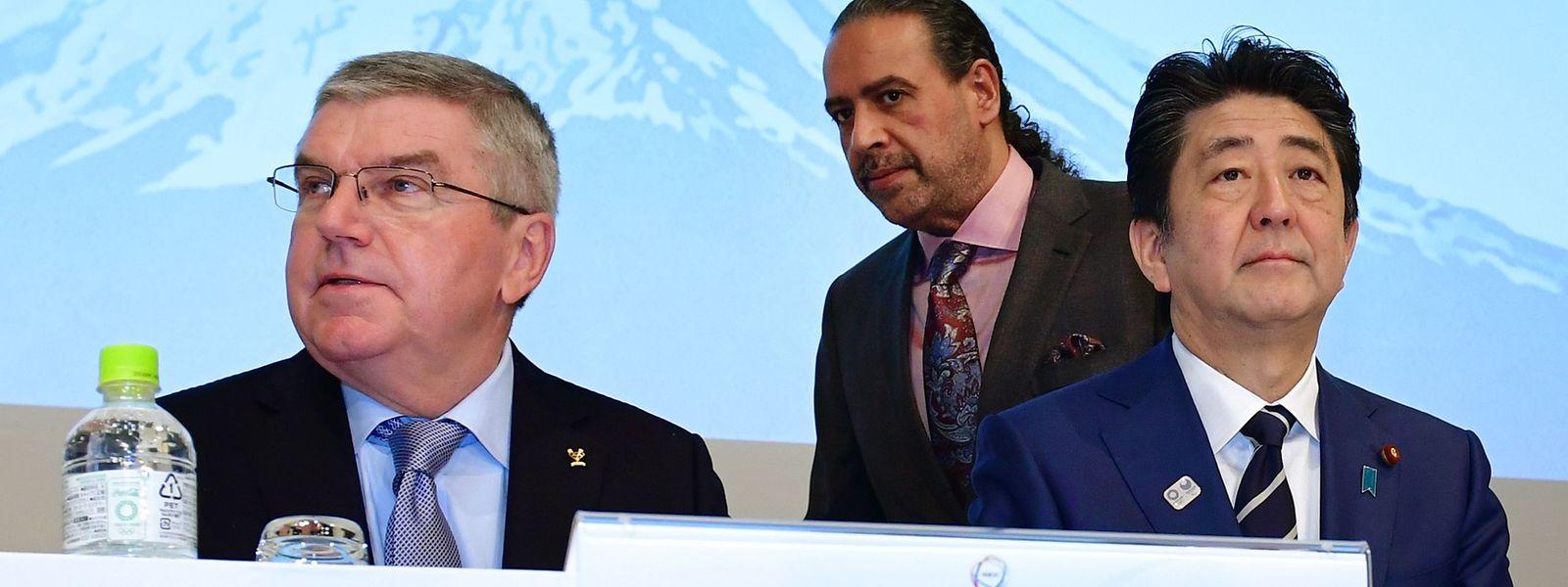 IOC-Präsident Thomas Bach (l.) und Japans Premierminister Shinzo Abe kommen zu einer gemeinsamen Entscheidung.
