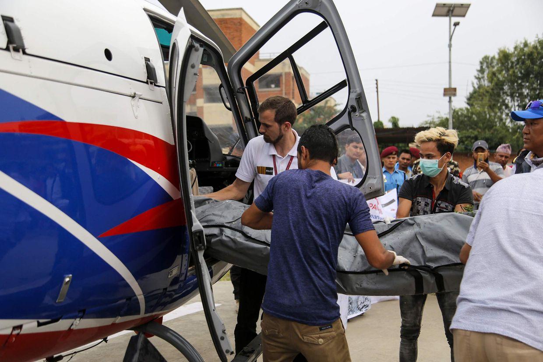 23. Mai 2019: Nepalesische Beamten entladen die Leichen von Everest-Kletterern, die in vergangenen Jahren auf dem Berg verstorben sind. Die vier kürzlich gefundenen Toten konnten bisher nicht identifiziert werden.