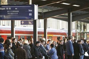 Wartende Reisende am Bahnsteig - Eisenbahn - Zug - Transport