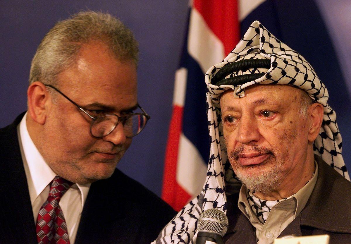 Saeb Erakat zusammen mit Yasser Arafat im Jahr 1999.