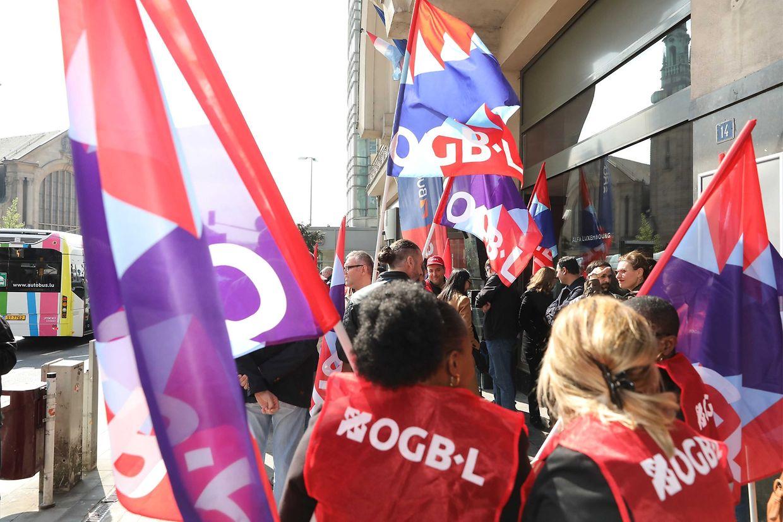 Kämpfen für ihre Jobs: Die Mitarbeiter des Alfa Hotels versammelten sich am Freitag vor dem Traditionshotel.