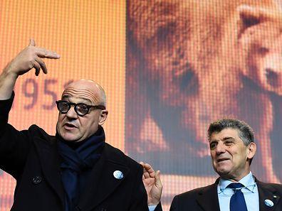 """Der italienische Regisseur Gianfranco Rosi (L) und sein Protagonist Pietro Bartolo bei der Pressekonferenz zum Film """"Fuocoammare"""" (Fire At Sea)."""