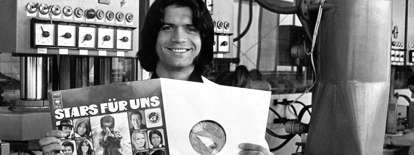 1971 im hessischen Ober-Erlenbach: Costa Cordalis präsentiert eine Langspielplatte zugunsten der Welthungerhilfe, auf der einer seiner Hits zu hören ist.