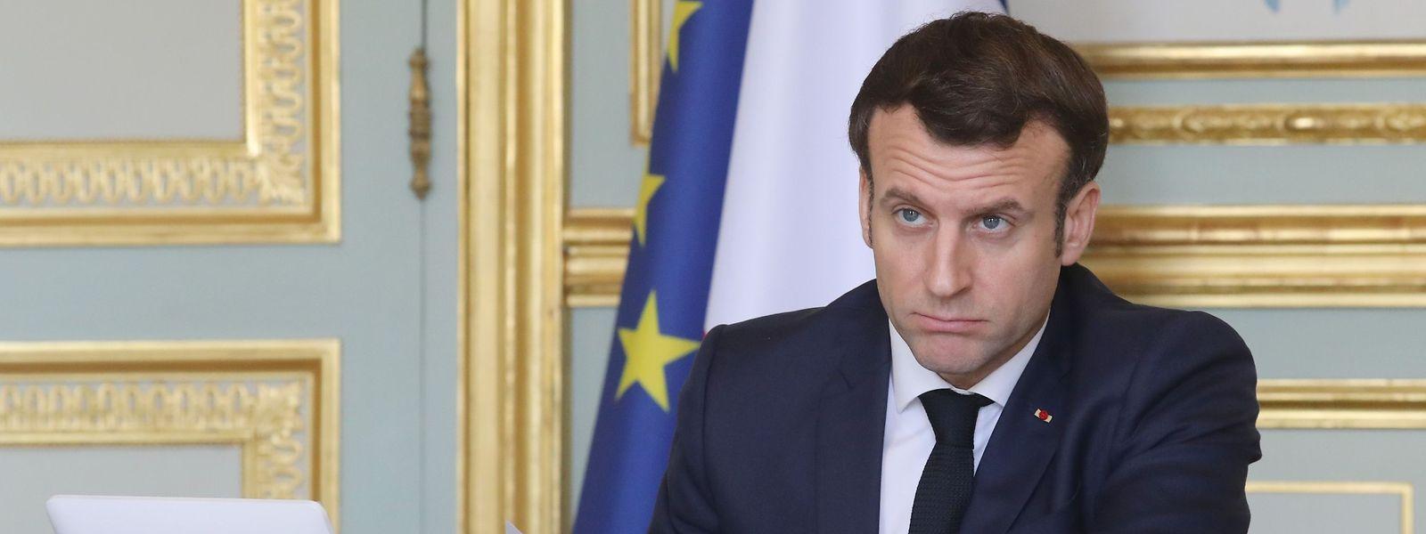 Emmanuel Macron, impassible devant les critiques de partis qui n'hésitent plus à tirer profit politique de la crise sanitaire,.