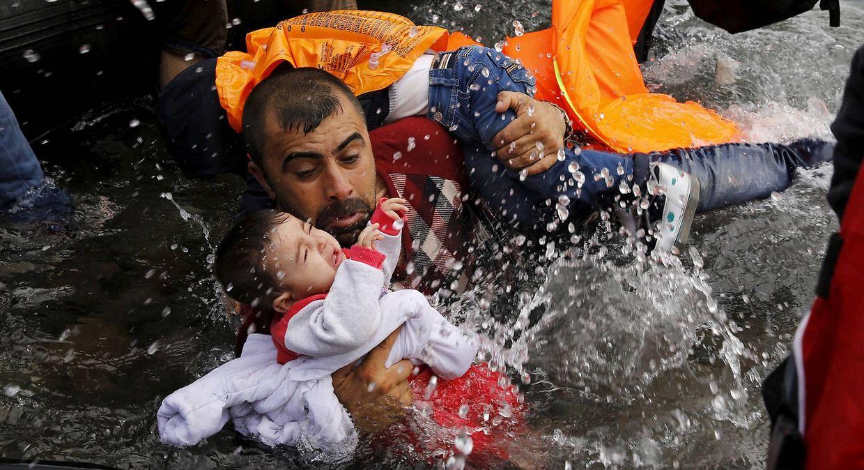 O desespero dos refugiados foi um dos temas trabalhados pelo fotojornalista grego.