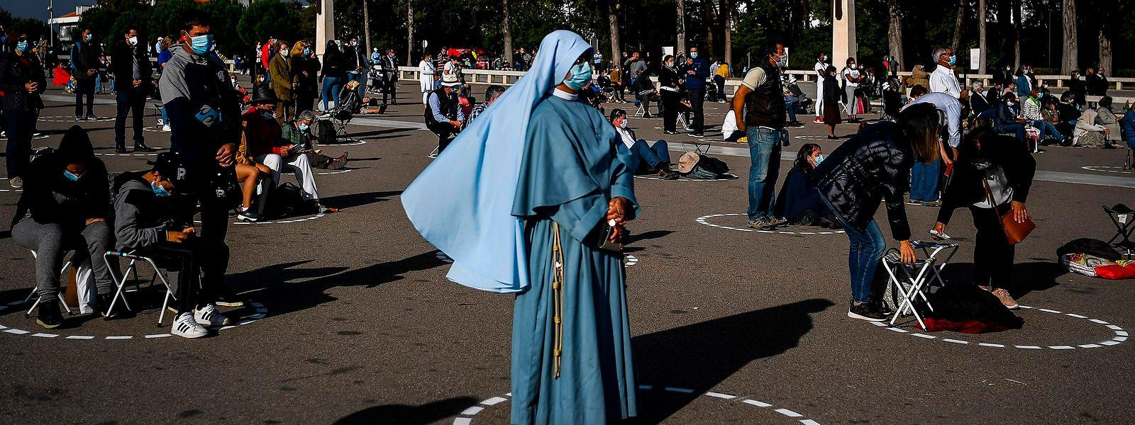 Comme ici à Fatima, la population portugaise se montre très zélée à respecter les consignes sanitaires, notamment la distanciation sociale