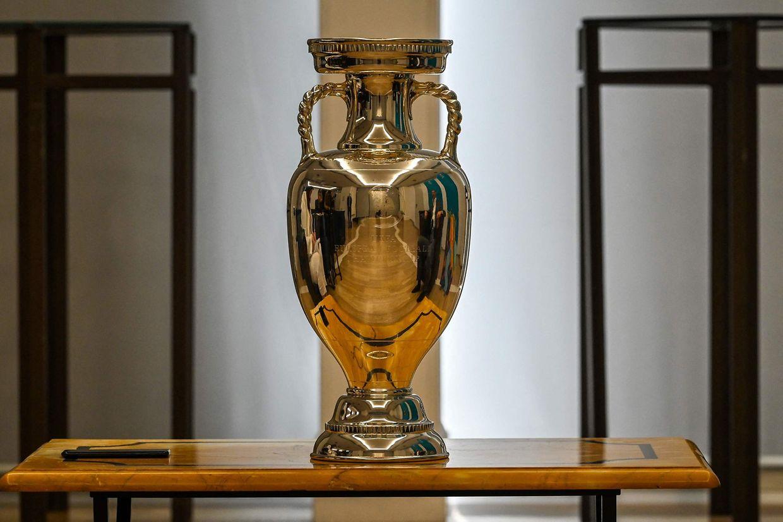 So sieht es aus, das Objekt der Begierde. Am 11. Juli wird im Londoner Wembley-Stadion der neue Fußball-Europameister gekürt. Wer wird den Pokal in die Höhe stemmen?